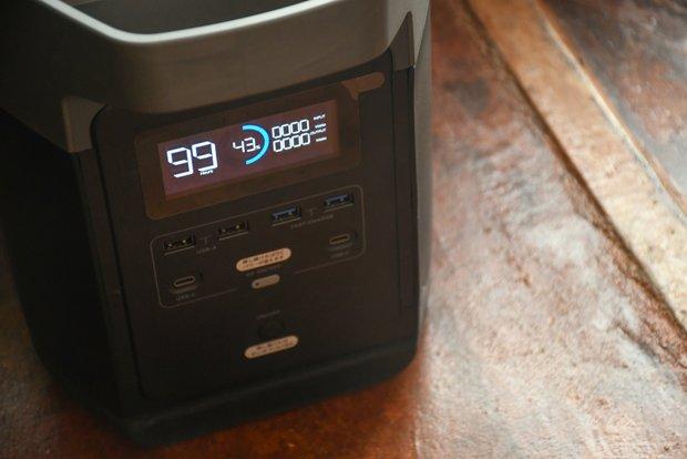 バッテリーの残量や使用可能時間などが表示されるので使い勝手がいい。普通の家庭でも停電時や災害時に良さそう。
