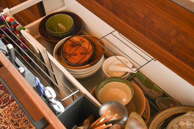 引き出しを開けると、鍋や食器類が並ぶ。そのほか調味料や前のゲストが置いていった食材なども使っていい。