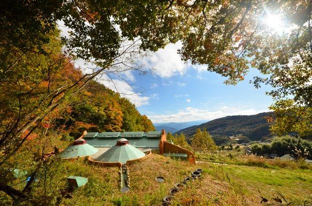 周辺は豊かな自然が広がる。天気のいい日には四国山地の稜線がはるか遠く深くまで見渡せる。