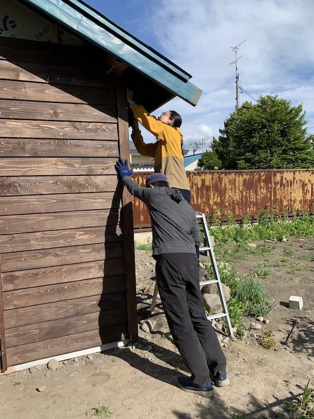 DIY事業を行う先輩移住者とタッグを組み、築90年の納屋が3か月で見事なサロンへと生まれ変わりました。
