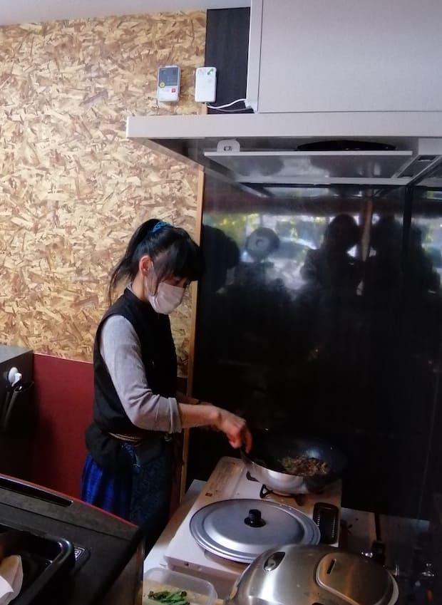 料理をするカフェオーナー