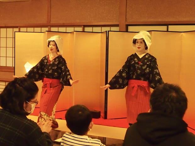 11月のイベントの様子。秋田舞妓に見入る子どもたちが印象的でした。
