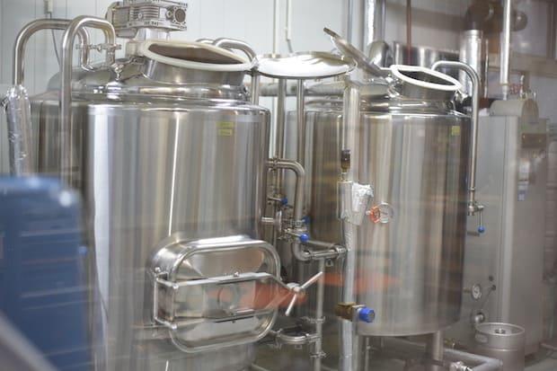 ガラス越しに見える醸造所。