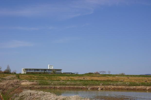 のどかな田園風景のなかに佇む旧上郷小学校。