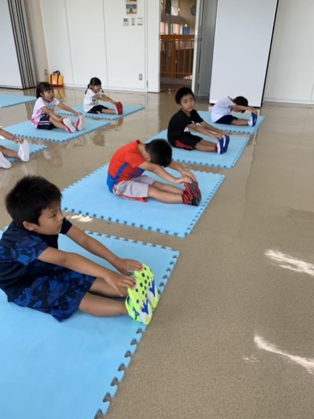 柔軟をする児童