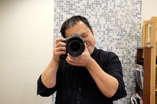 写真を撮るのは好きだけど、撮られるのは苦手と話す佐藤さん。本人を撮影しようとしたら、私のことを撮ってくれました。
