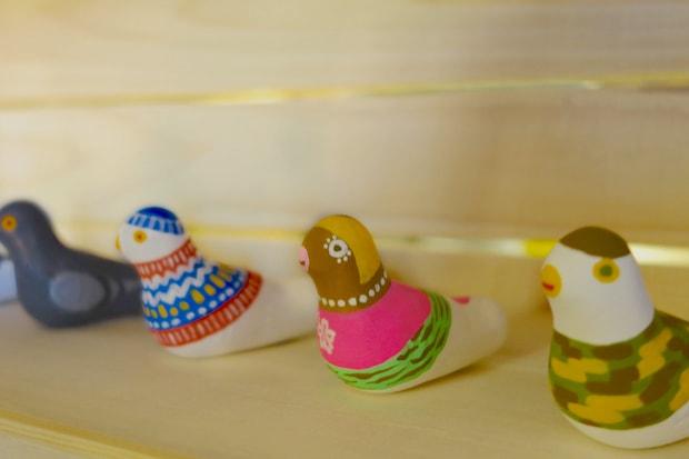 青森市〈トヨカワイラスト研究室〉の〈はとぶエッ!〉。無地の鳩笛にユーモアたっぷりなオリジナルの絵付けを施した、津軽の郷土玩具・下川原焼7代目阿保正志さんとのコラボ商品です。