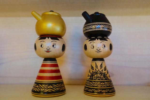 〈鉄瓶こけし〉や〈やかんこけし〉は、以前紹介した〈こけしのあたまんじゅう〉のイラストも描いている弘前市〈COOKIES〉の作品。ユニークな創作こけしを手がける人気作家です。あたまんじゅうをデザインしたのも実は木村さん!
