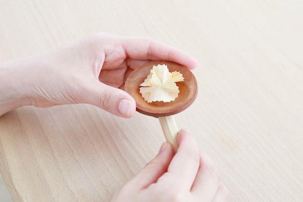 シャープナーから削り出される木片。