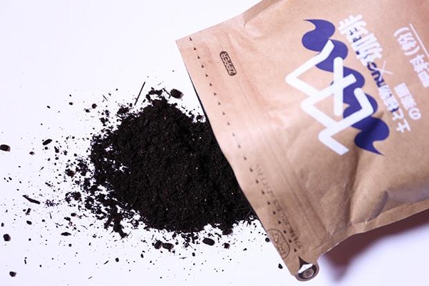 そのまま捨てれば環境負荷の高い生ゴミになってしまうコーヒーカスを再利用したマヌア肥料(主原料:米ぬか、ビール麦芽粕、大豆おから、竹パウダー、アガリクス菌床、牡蠣がら、コーヒーカス)。