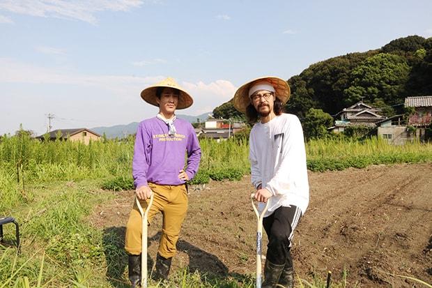 山口総司郎さん(左)と廣野尚兵さん(右)。「日が昇ってから暮れるまで、コロナ状勢下でも自然のサイクルで働けたことが心身ともにありがたかった」と振り返る山口さん。