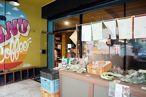 福岡市薬院にあるmanucoffeeクジラ店の軒先で行われるマヌベジ販売。(土曜日、他不定期開催)
