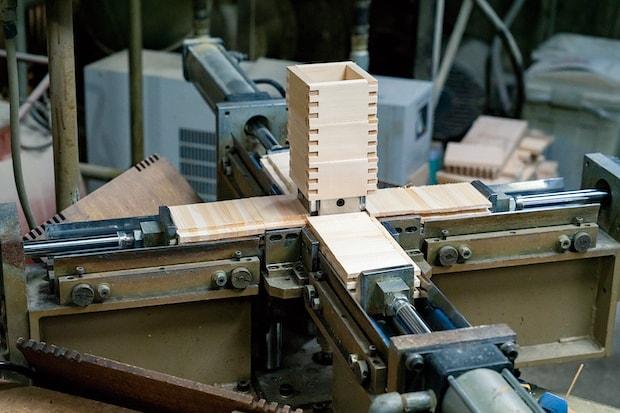 機械で枡を組む