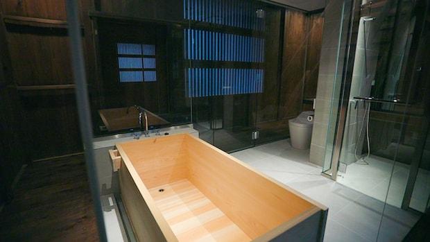 〈スタンダードルーム〉の檜風呂の様子。