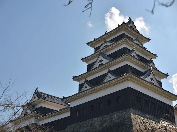 老朽化が原因で明治時代に一部を残して、天守が廃城。当時の古写真や木造雛形が現存していたことから、地元住民の保全活動や、市民の寄付によって2004年に木造で完全復元されました。