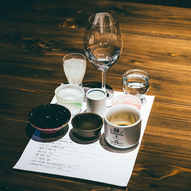 日本酒飲み比べセット「のんべえプラン」。醸す森のオリジナル日本酒をはじめ、松乃井、真野鶴、雪男、君の井などのラインナップ。食前酒から食後酒まで、特徴の異なる酒をセレクト。