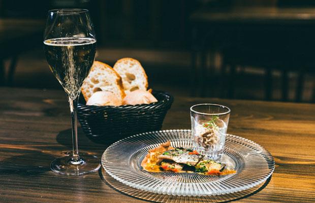 「4種のワインペアリング付きディナーセット」は全5品、6000円(税別)。この日のアミューズは、〈つなんポーク〉のリエットとピザのような南仏の郷土料理、ピサラディエール。