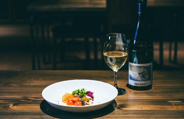 みずみずしい食感を残した野菜の盛り合わせ。ワインはソーヴィニヨン・ブランを主体にした新潟ワイン、カーブドッチの〈うみがめ〉。