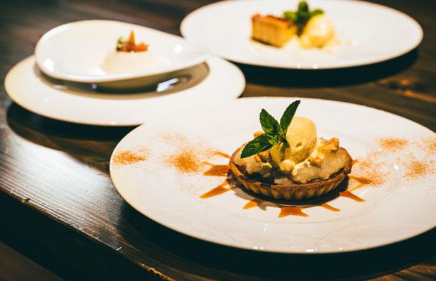 デザートは3種類からチョイス。この日は、洋ナシのコンポートのクラフティ、りんごのタルト、ブラン・マンジェ。