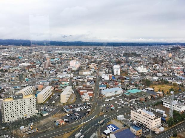 まちを一望でき、晴れた日には奥に太平山を見ることができます。