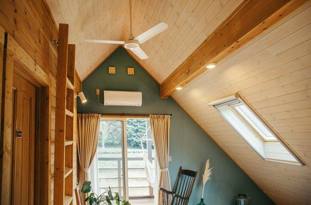 三角屋根は内側から見てもかわいい。こちらは萩田家。