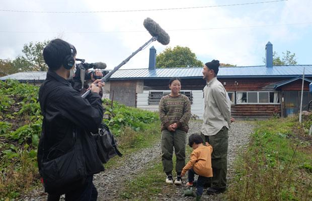 最近、この付近に個性的な移住者が集まっていることから、北海道文化放送が取材にやってきた。