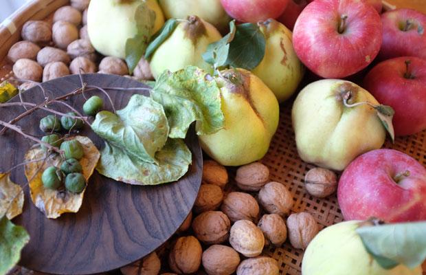 宿泊した〈島牧ユースホステル〉の広間には、俊輔さんがとってきたフルーツが並べらていた。