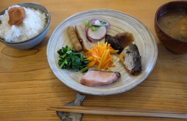 朝ごはんも土地のもの。ご飯の上にのった梅干しは、俊輔さんの手づくり。