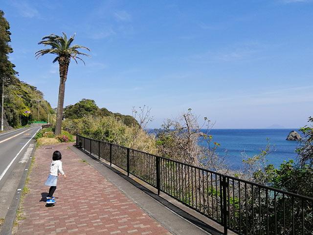 海沿いを娘と散歩中