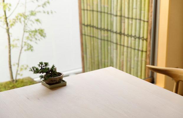 正面に壁を立てたことで、テーブル席から見える中庭をつくることができました。