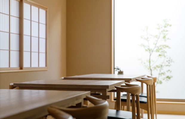テーブル席は天井の高さを生かし開放的に。落ち着いた印象の和風の個室空間とは違う性質の空間を用意することで、訪れる方の要望に応じて席をご用意できるようにしました。