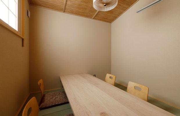 高さがとれず圧迫感がある空間には、床座の個室を配置しました。