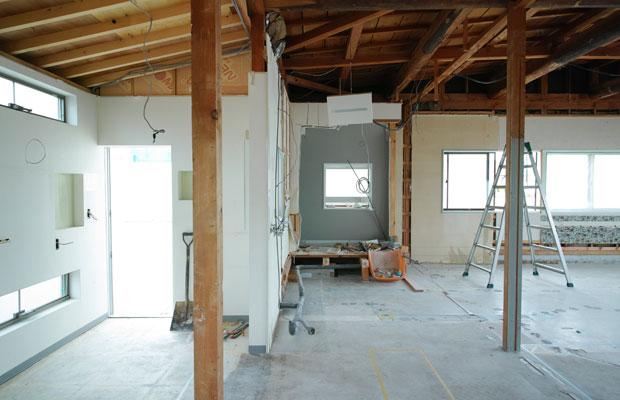 手前柱から左側の天井が低くなっている。また、構造である柱の位置との関係性から、窓の位置を変えることは費用増加の面からも避けたい。