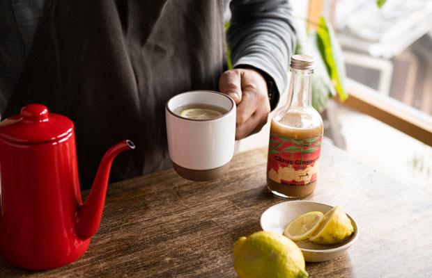 こんなときだからこそ、おうちでおいしい飲みものを。シロップをお湯で割ってホットジンジャーに。