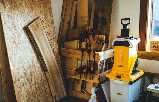 さまざまな木材が置かれている駿吾さんのアトリエ。