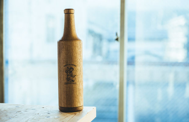 Niimoのロゴが入ったミズナラ(ジャパニーズオーク)製のボトル。ウイスキーなどのお酒を入れることで、自宅で熟成酒ができるというもの。