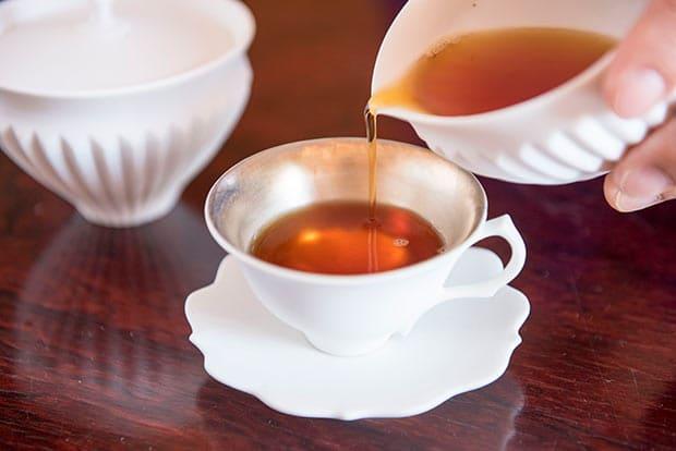日光に生葉を日干しして香りを発揚させる紅茶や烏龍茶。本格的な製法でつくられている。