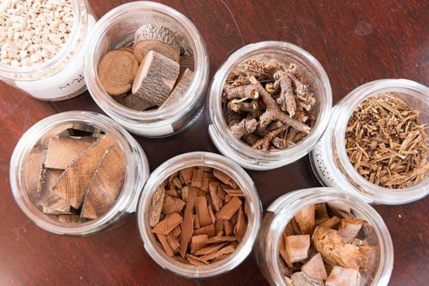 「サクラ」「ヒノキ」「りんご」「屋久杉」など、さまざまな燻材で紅茶やほうじ茶、緑茶を燻す。