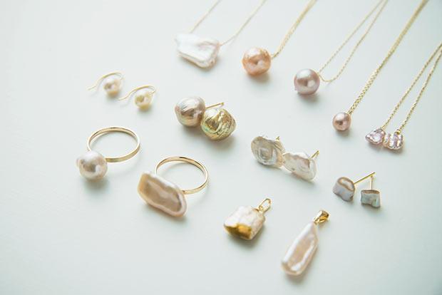"""多彩な色合いも淡水真珠の特徴。ピンク、オレンジなどニュアンスある色味に心が華やぐ。あえてカットして""""無核""""ならではの断面を見せた斬新なデザインも。"""