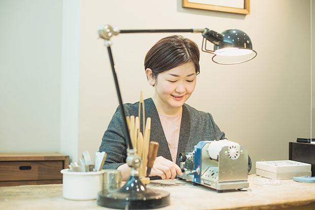 真珠の加工はショップ内のデスクで。「結構、器用だと思うんです。もちろん緊張感はありますが」と微笑む杉山さんをはじめ、スタッフ自らが穴あけやパーツの取りつけを行う。