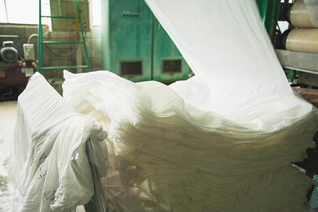 乾燥などの工程を経て、輝くような純白の生地が完成する。