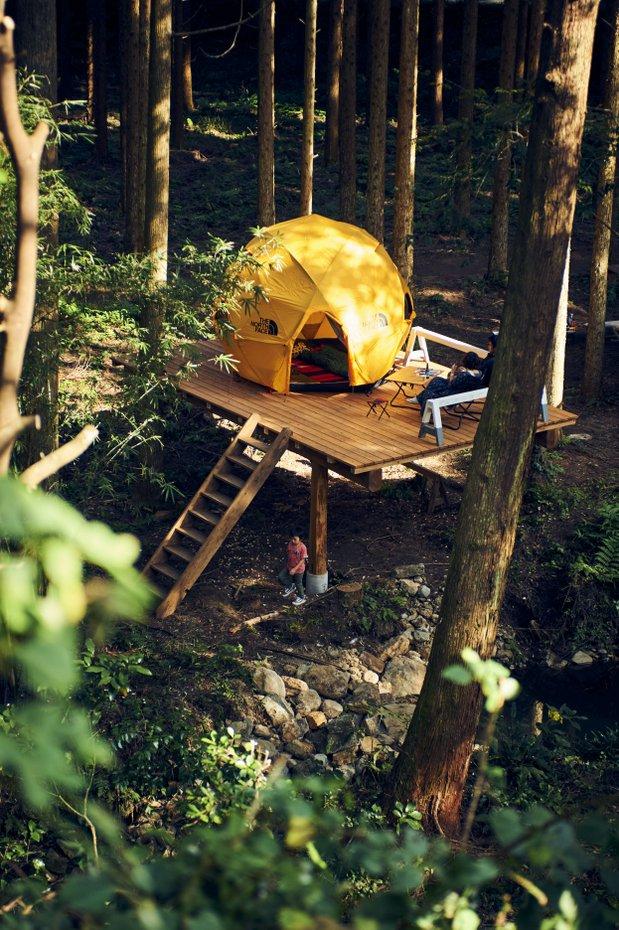 ゆったり楽しめる森のウッドデッキ。