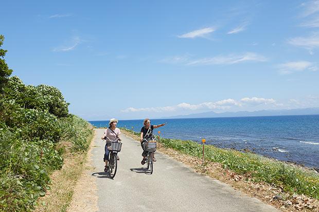 レンタサイクルで3時間ほどで1周できてしまう小さな島。およそ350人が暮らしている風光明媚な島です。