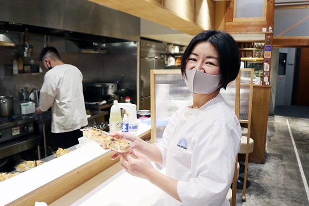 明るく元気なオーナー川瀬さんの妻、奈緒美さん。