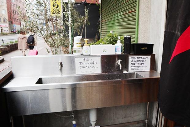 去年いち早く設置された店外の手洗い場。来店されたお客様には手洗い・消毒をお願いしている。