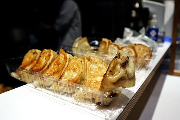 焼き上がった餃子はボリューム満点。香り、焼き色、完璧!!