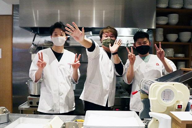 左から調理を担当する荒木さん、斎藤さん、稲葉さん。