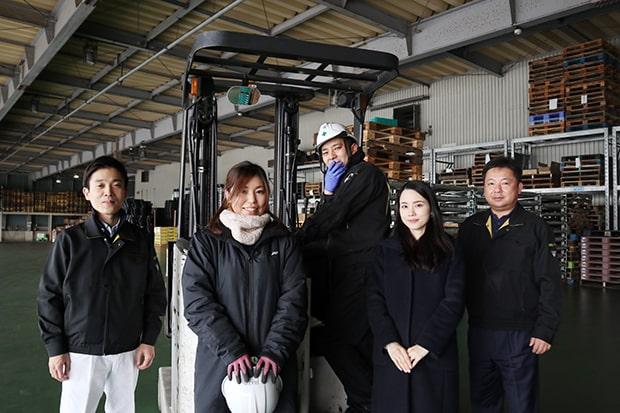 左からプロジェクトリーダーの園田さん、品質管理課の寺崎さん、井本さん、広報課の池邉さん、専務の酒井さん。