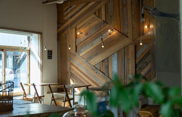 カフェスペースの壁には廃材を利用。