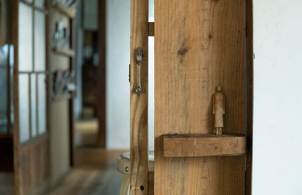 引き戸の取っ手部分をよーく見るとフォークを利用してる! 建物内にはこういうちょっとした工夫がたくさん。